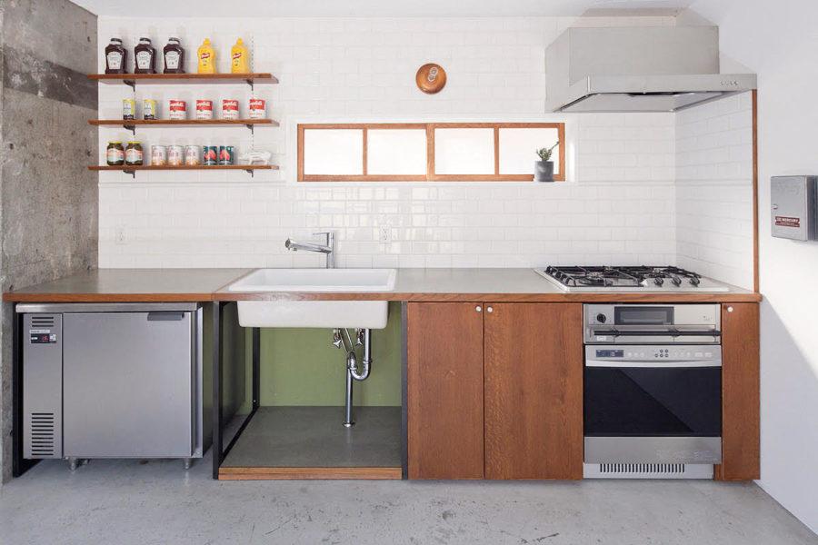 陶器製シンク、冷蔵庫付